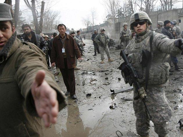 Američtí a afghánští vojáci na místě výbuchu před německým velvyslanectvím v Kábulu.