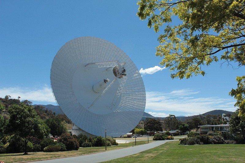Parabolická anténa Deep Space Station 43 (DSS-43) je v provozu od roku 1973