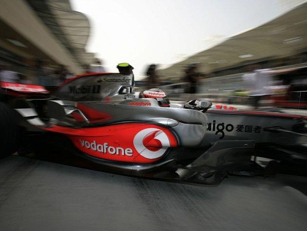 Jezdec stáje McLaren Heikki Kovalainen při pátečním tréninku na Velkou cenu Bahrajnu.