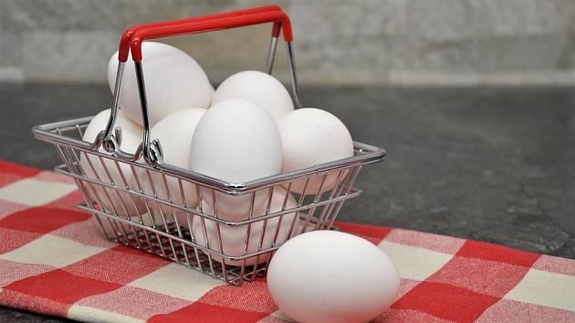 Bílá vejce jsou oblíbená především v době před Velikonoci. V obchodech by jich měl být dostatek.