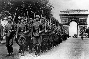 Po pádu Francie chtěl Adolf Hitler tuto zemi co nejvíce ponížit, proto přikázal německým vojákům přesně zkopírovat vítězný pochod Francouzů Paříží z roku 1918. Champs Élysées, 14. června 1940