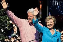 Hillary Clintonová s manželem Billem na předvolebním shromáždění.