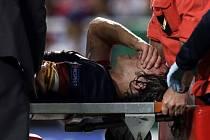 Carles Puyol z Barcelony se v zápase s Benfikou zranil.
