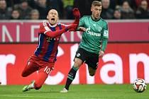 Arjen Robben z Bayernu Mnichov (vlevo) se poroučí k zemi po kontaktu s Maxem Meyerem z Schalke.