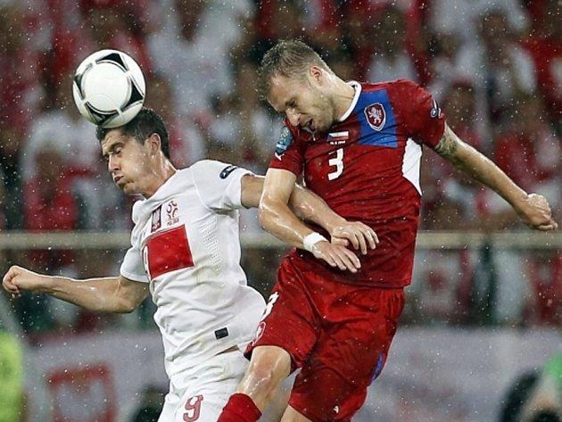 Michal Kadlec (vpravo) a Robert Lewandowski z Polska.