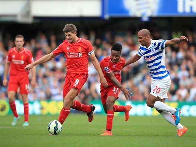 Steven Gerrard z Liverpoolu (vlevo) a Karl Henry z QPR (vpravo).