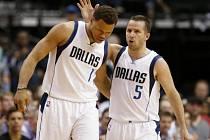 Basketbalisté Dallasu Justin Anderson (vlevo) a J.J. Barea.