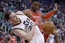 Gordon Hayward z Utahu (vlevo) a Dwight Howard z Houstonu.