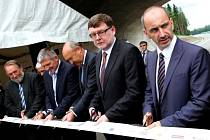 Zprava ministři Martin Kuba a Zbyněk Stanjura otevírají 27. června nový, pětadvacetikilometrový úsek dálnice D3 u Plané nad Lužnicí.