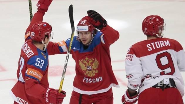 Alexej Marčenko a Artěmij Panarin se radují z gólu v dánské síti.