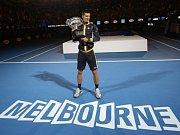 Novak Djokovič s trofejí pro vítěze Australian Open.