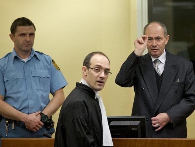 Bývalý bosenskosrbský generál Zdravko Tolimir dostal doživotí za genocidu ve Srebrenici.