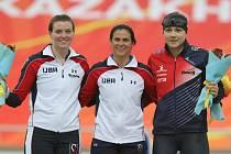 Karolína Erbanová (vpravo) na stupních vítězů na MS