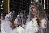Ženy v Libanonu protestují za zrušení zákona umožňující násilníkovi vzít si svoji oběť a tím předejít trestu