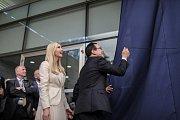 Ivanka Trumpová a Steven Mnuchin při slavnostním otevření ambasády