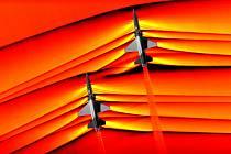 Rázové vlny, které vznikly při překročení rychlosti vzduchu.