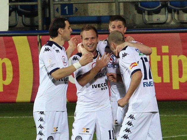 Jiří Valenta (uprostřed) se raduje se spoluhráči ze Slovácka z gólu proti Teplicím.