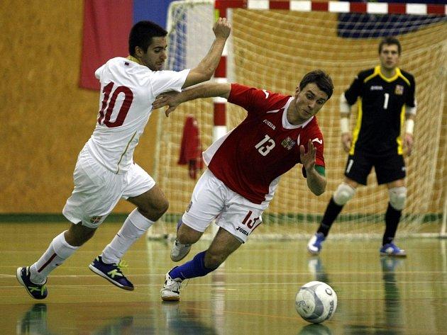 Čeští futsalisté (v červeném) v přátelském utkání se Srbskem.