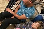 Přátelé Ilony Škamlové sedí při raketovém útoku v roce 2021 na schodech domu.