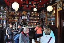 Irské bary jsou pojmem. V Irsku i ve světě. Teď ale přicházejí o zákazníky.