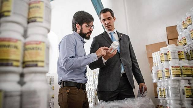 Venezuelský opoziční lídr Juan Guaidó se zásilkou humanitární pomoci