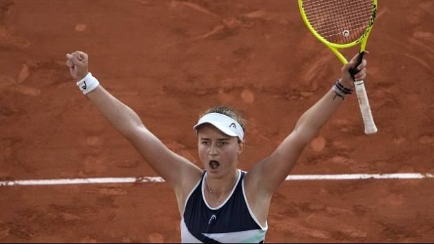 Barbora Krejčíková slaví postup do finále Roland Garros.