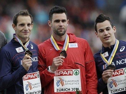 Jan Kudlička (uprostřed) s bronzovou medailí, vlevo zlatý Renauld Lavillenie a vpravo jeho francouzský krajan Kevin Menaldo, který se s Kudličkou dělil o bronz.