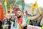 Válka v ulicích Evropy. Jedna z bouřlivých prokurdských demonstrací, které vlivná a početná kurdská diaspora organizuje v těchto dnech po celé Evropě.