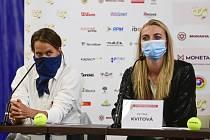 Tenistky Petra Kvitová (vpravo) a Barbora Strýcová vystoupily 25. května 2020 v Praze na tiskové konferenci před tenisovým turnajem O pohár prezidenta ČTS.