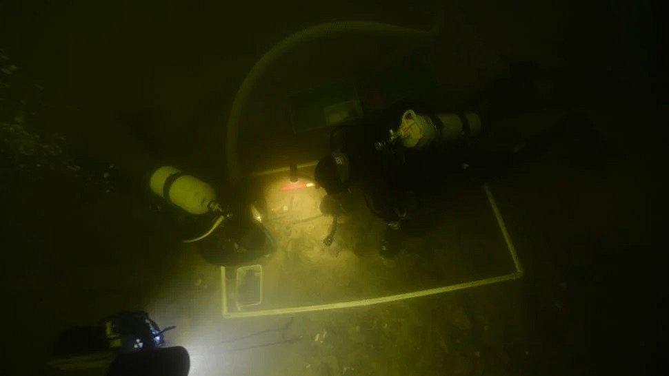 Potápěči odkrývají nález vypovídající o středověkém žití a bojování v okolí litevského jezera