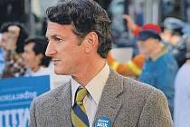 Volební vítěz. Harvey Milk (Sean Penn) vyhrál svůj politický boj. Jeho soupeři ale ještě nesložili zbraně.