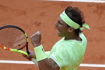 Španělský tenista Rafael Nadal se raduje z bodu v zápase se Švýcarem Rogerem Federerem v semifinále French Open.