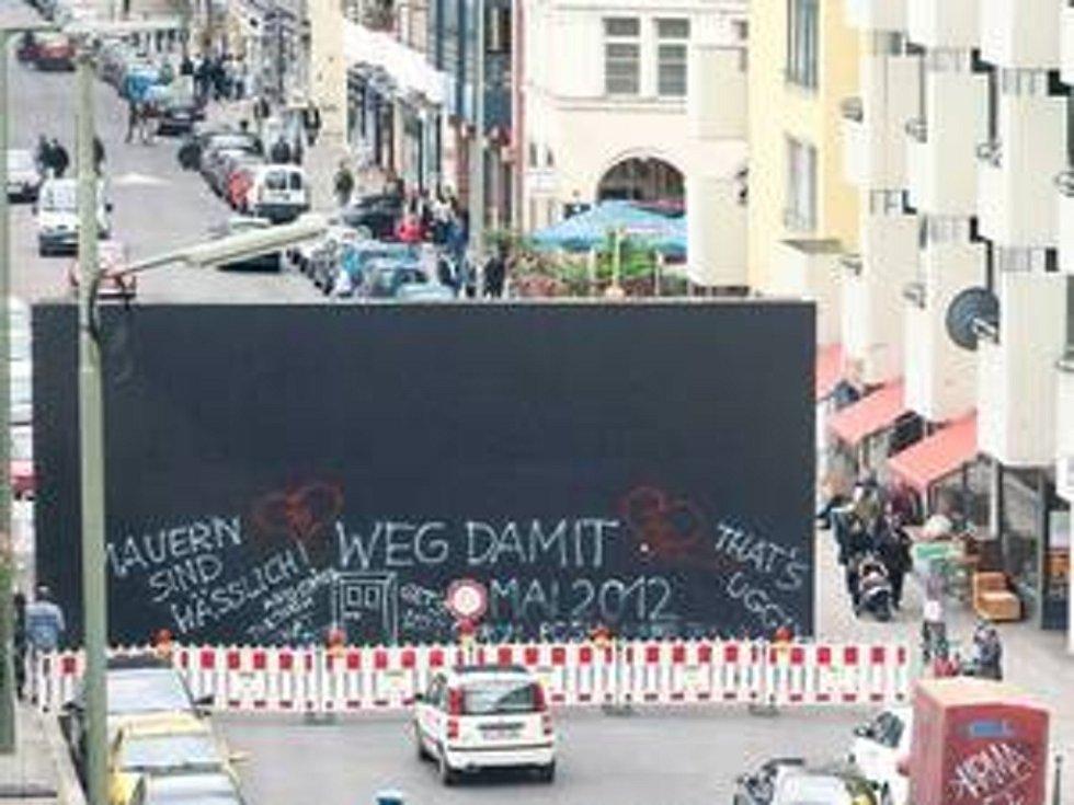Berlínskou ulici Friedrichstrasse protnula opět zeď poblíž místa, kde do roku 1989 stávala železobetonová bariéra obepínající východní Berlín. Tentokrát jde o uměleckou instalaci, která má upozornit na sociální rozdíly.