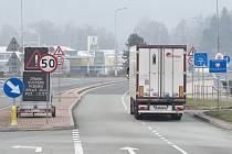 Provoz na česko-polském hraničním přechodu Náchod na snímku pořízeném 1. prosince 2019 po zavedení nového mýtného systému.