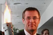 Člen delegace Roman Kumpošt s olympijským ohněm v Liberci.