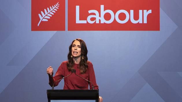 Novozélandská premiérka Jacinda Ardernová hovoří poté, co s přehledem vyhrála parlamentní volby.