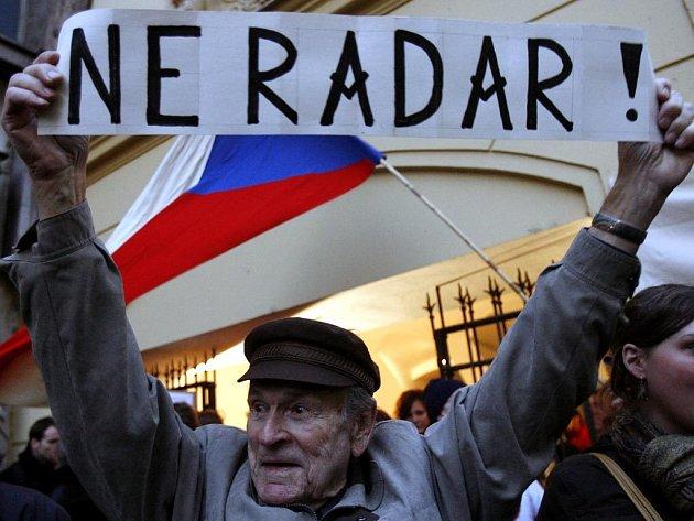 V pořadí druhá krajská vláda včera odmítla výstavbu americké radarové základny v Brdech. Poté, co radar odmítli zastupitelé Plzeňského kraje, se k nim v pondělí přidali i jejich kolegové ze Středočeském kraji.