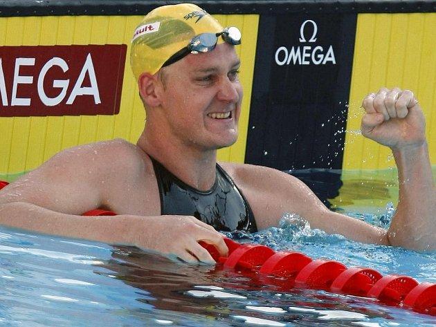 Brenton Rickard slaví vítězství a nový světový rekord z prsařské stovky.