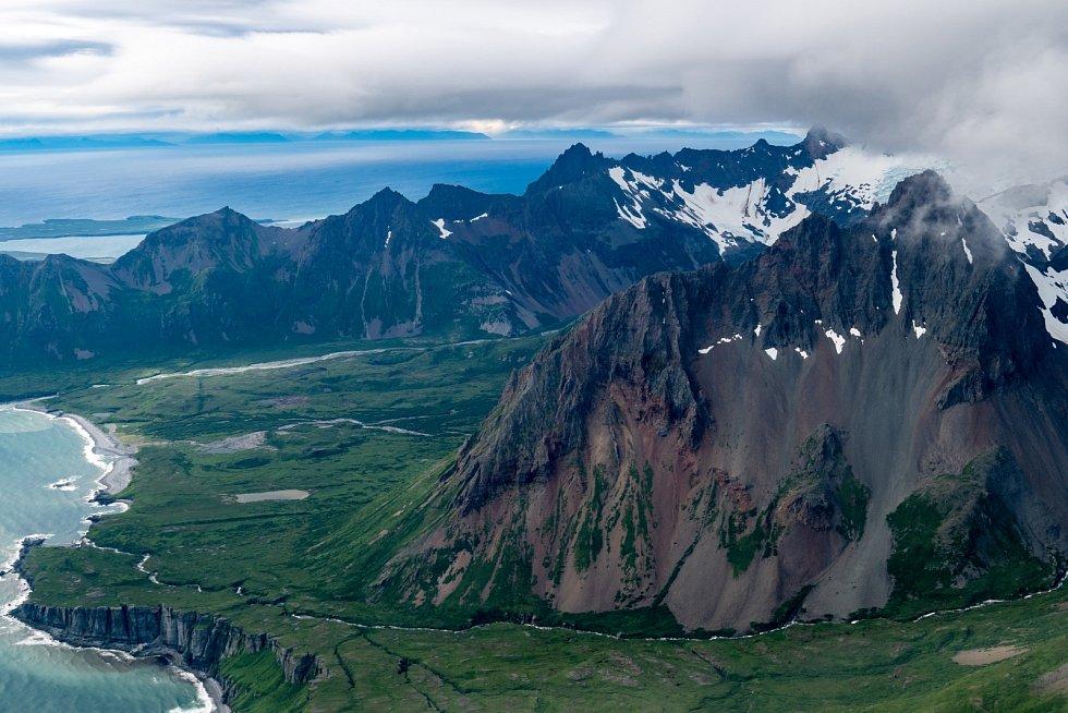 Letecký pohled na sopky a aleutské pohoří na jihozápadní Aljašce.