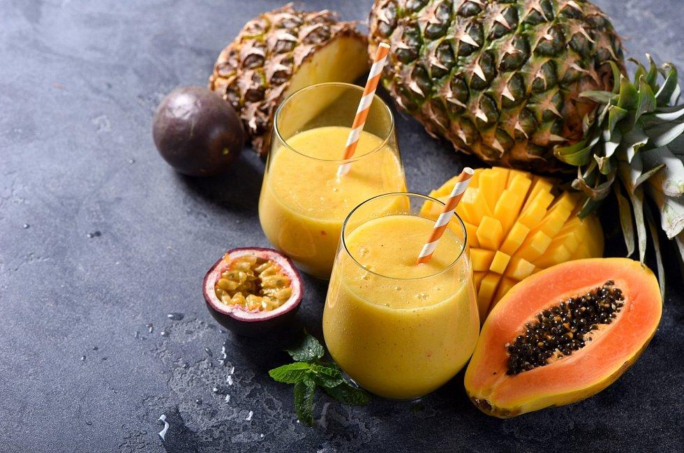 Trávení podpoříte čerstvou ananasovou šťávou, která obsahuje enzym bromelin, či papájovou šťávou s enzymem papain.