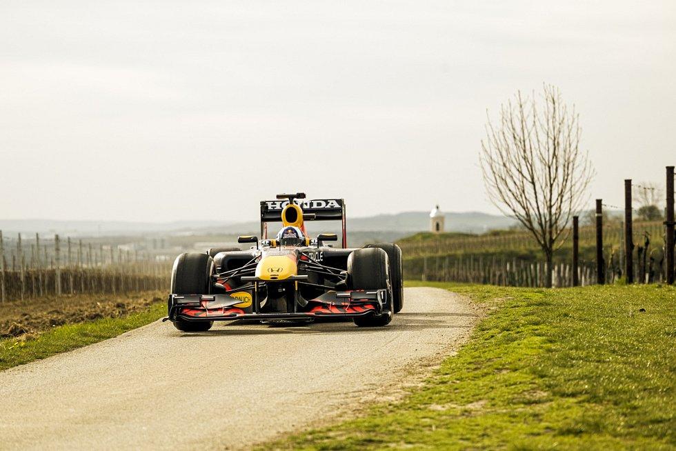 Opravdový vůz, který jezdí slavnou formuli 1, se letos na jaře prohnal Českem - Red Bull natáčel i u vinic na jižní Moravě
