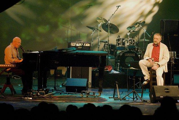 Petr Skoumal na koncertě s Janem Vodňanským.