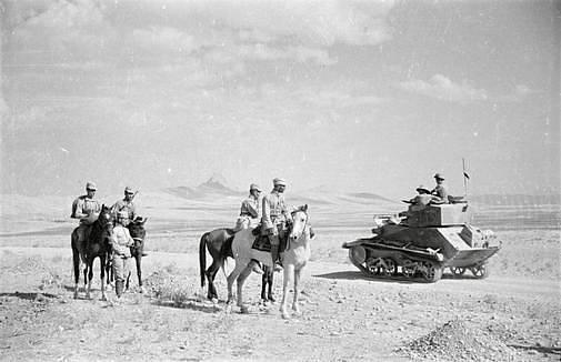 Sovětští a britští pěšáci nedaleko Kazvínu, největšího a hlavního města stejnojmenné íránské provincie