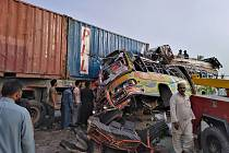 Nehoda autobusu s kamionem v Pákistánu