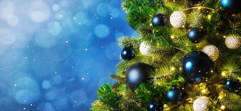 Tmavě modré ozdoby spolu se světýlky mají připomínat zářící noční oblohu.