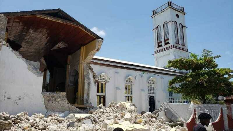Kostel poškozený zemětřesením