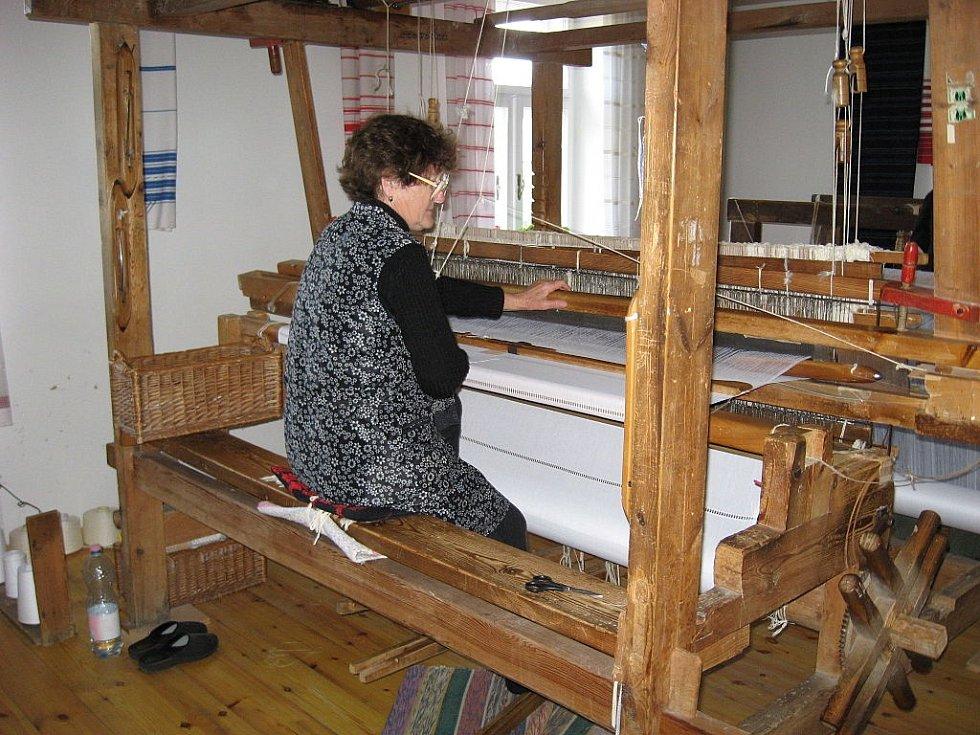 Ukázka práce na domácím ručním tkalcovském stavu v maďarském Mátraderecskem muzeu