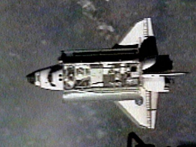 Americký raketoplán Endeavour se úspěšně spojil s Mezinárodní vesmírnou stanicí (ISS).