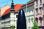 Od roku 2010 zdobí brněnské náměstí Svobody zhruba šestimetrový orloj ve tvaru nábojnice. Je vyrobený z jihoafrické černé žuly.