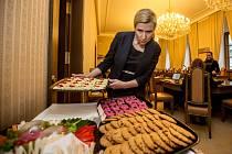 Ministryně školství Kateřina Valachová rozdávala v rámci propagace pamlskové vyhlášky členům sněmovního školského výboru zdravé svačinky.